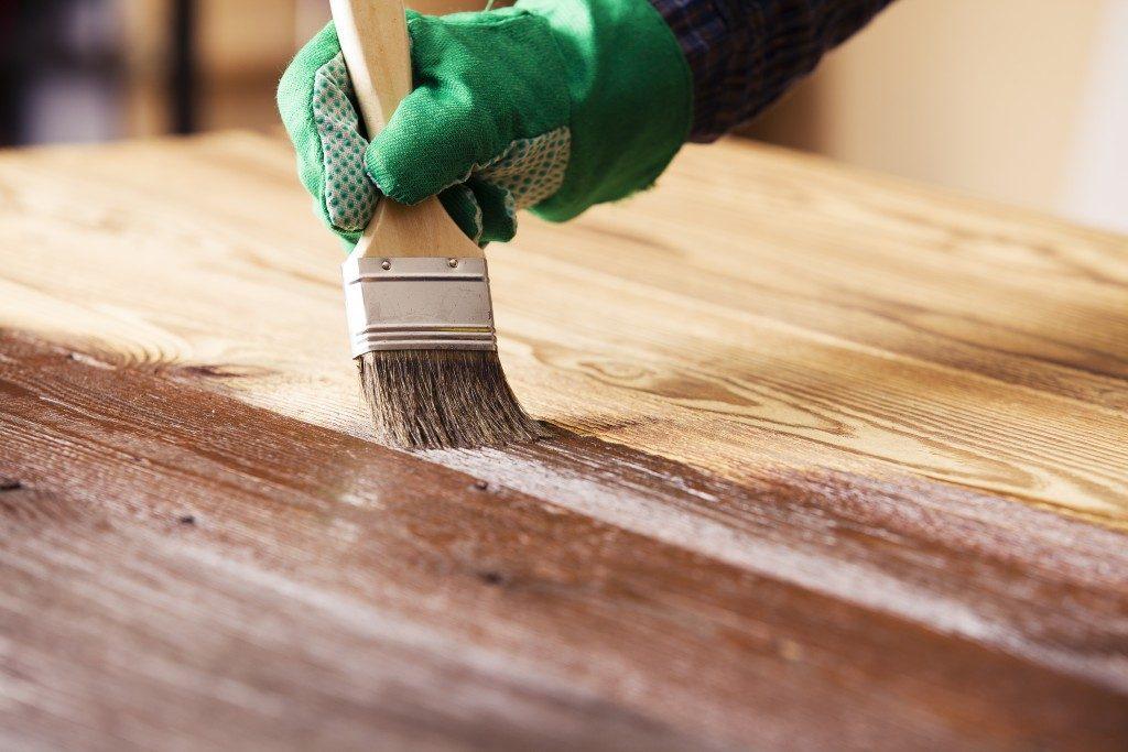 varnishing wood