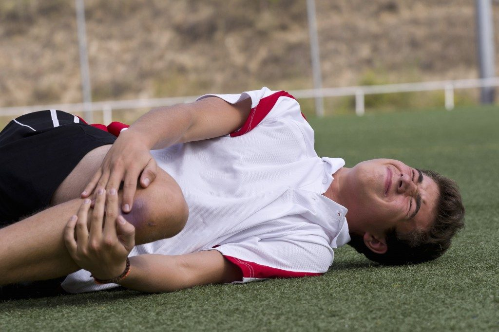 football player getting a knee injury